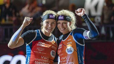 Een foto van Madelein Meppelink en Sanne Keizer, de beachvolleybalsters die wel naar Doha gaan