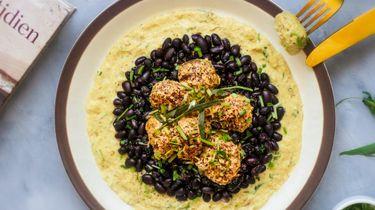 Op deze foto zie je gehaktballetjes in een saus van witte wijn en zwarte bonen.