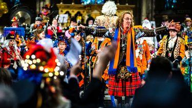 Op deze foto zijn feestvierders in Lampegat (Eindhoven) te zien, tijdens een carnavalsmis.