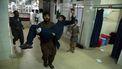 Bij een gevangenis in de Afghaanse stad Jalalabad zijn zondag drie bommen ontploft.