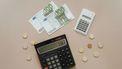 twee rekenmachines en geld om zero-based budget te maken