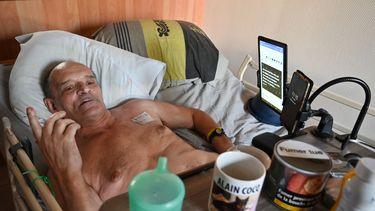 Op deze foto is de ernstig zieke Fransman Alain Cocq te zien, hij ligt in bed.