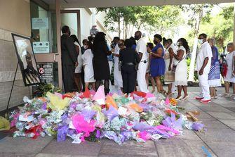 Foto van een bloemenzee voor de begrafenisdienst van George Floyd
