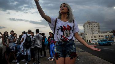 Een Cubaanse YouTuber neemt opnames in Havana. Foto: ANP