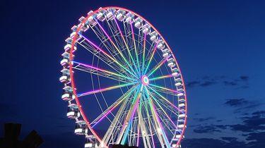 Een foto van het reuzenrad in De Bosch, sfeervol verlicht in de avonduren