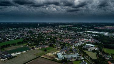 Op deze foto zijn donkere wolken boven een stad te zien.