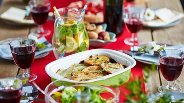 Gedekte tafel met avondeten