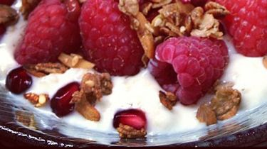 Op deze foto zie je soja-cappu, havermoutyoghurt met fruit & granola