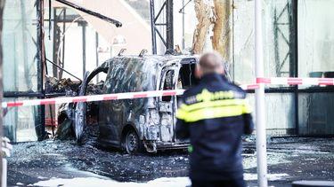 Auto ramt gevel hoofdkantoor De Telegraaf