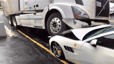 Ferrari crash vrachtwagen
