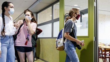 Een foto van middelbare scholieren met een mondkapje