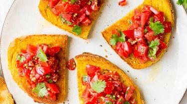 Zelf toast maken met kurkuma-boter en tomatensalade