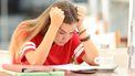 Op deze foto zie je een studente die het moeilijk heeft.