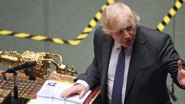 Op deze foto zie je de Premier Boris Johnson die het parlement toespreekt. Britten balen van brexit, meerderheid wil in de EU blijven