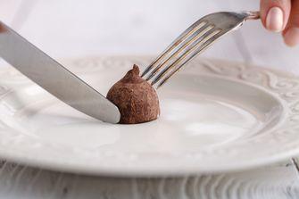 Een foto van chocolade eten om te kunnen afvallen
