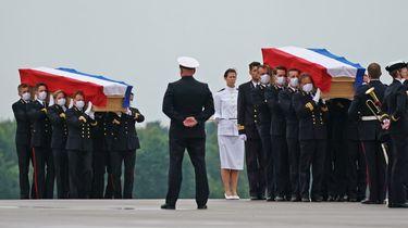 Foto van de kisten met de omgekomen militairen.