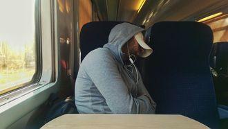 slapende man bestolen van schilderij
