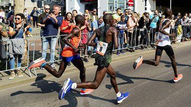 Op deze foto zie je de kopgroep met links Marius Kipserem passeert de kubuswoningen tijdens de 39e editie van de NN marathon van Rotterdam.