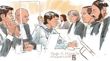 Op deze foto zie je rechtbanktekening van Thijs H. (M) tijdens de inhoudelijke behandeling. H. wordt verdacht van het doden van een vrouw in de Scheveningse bosjes en van het doden van een vrouw en een man op de Brunssummerheide. Geheime getuige: 'Thijs H. wilde mensen aan een mes te rijgen'