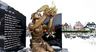 Een foto van een monument van de brand van Volendam