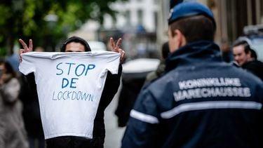 Op deze foto zie je coronaprotest demonstranten. Groep Virus Waanzin mag niet demonstreren en stapt naar de rechter
