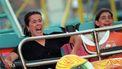 Een foto van een gillende vrouw en lachend meisje in een kermisachtbaan