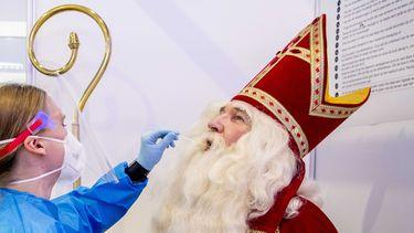 Een Sinterklaas wordt getest op het coronavirus.