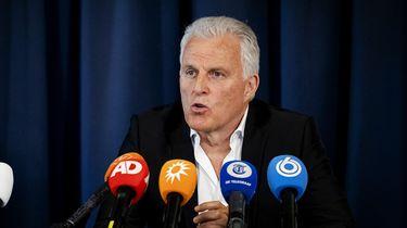 Op deze foto zie je misdaadverslaggever Peter R. De Vries tijdens het persconferentie over het Marengo proces