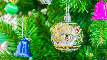 Een foto van een kerstboom met ballen, die we door de coronamaatregelen met minder mensen zullen bekijken