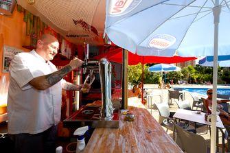 Een foto van een barman in Benidorm