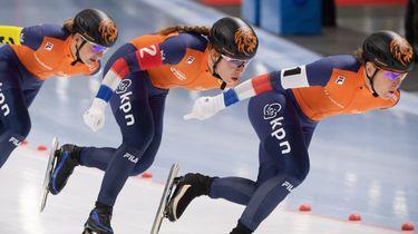 Ireen Wüst, Antoinette de Jong en Melissa Wijfje in actie tijdens het Wereldkampioenschap Schaatsen in in Tomaszow Mazowiecki, Polen.