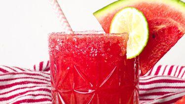 Op deze foto zie je Ingrediënten Voor 1 drankje Een paar ijsblokjes 350 gram watermeloen, zonder schil en in blokjes 30 ml rozenwater Sap van 1/2 limoen 1 schijfje limoen, ter garnering 1 schijfje watermeloen, ter garnering Extra: 1 rietje Blender (of staafmixer) Rozenwater vind je tegenwoordig gewoon in de Albert Heijn, van het merk SOUQ. Nog wat rozenwater over? Die kun je later verwerken in een smoothiebowl met aardbeien en rozenwater. Of maak er deze Perzische liefdestaart met rozenwater, kardemom en pistache mee.