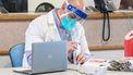 Een onderzoeker is bezig met het vaccin.