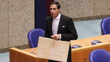 Een foto van minister Hoekstra, zijn beroemde koffertje bepaalt jouw salaris