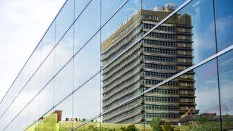 Universiteitsbaas reist voor 124.000 euro