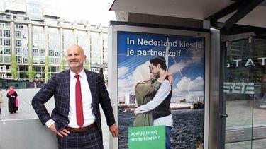 Wethouder Ronald Scheider tijdens de presentatie van de poster. / Instagram Zelfgekozen / Gemeente Rotterdam