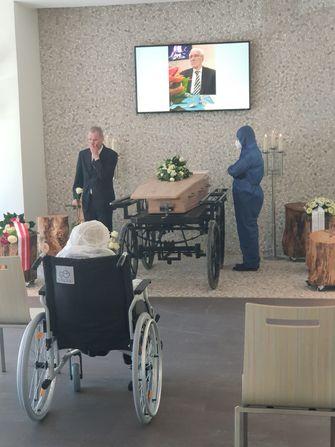 Een foto van de vrouw die ingepakt afscheid neemt van haar man