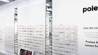 Op deze foto zie je een bril en contactlenzen zaak.