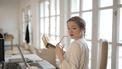 vrouw kijkt met opgetrokken wenkbrauw