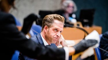 Een foto van minister Hugo de Jonge tijdens het debat