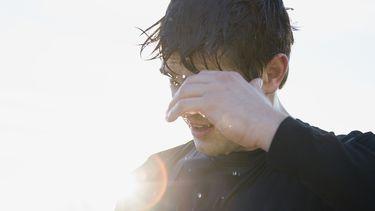 Op deze foto zie je een man in de snikhete zon sporten