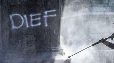 Een foto van een standbeeld van Piet Hein in Rotterdam waarop met verf het woord dief is geklad.