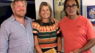 foto van koning, koningin en Griekse restauranteigenaar
