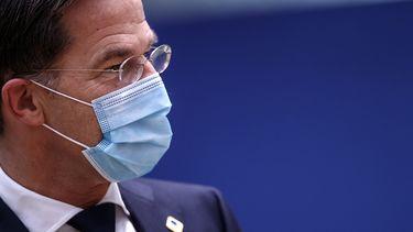 Op deze foto is premier Rutte te zien met een mondkapje.