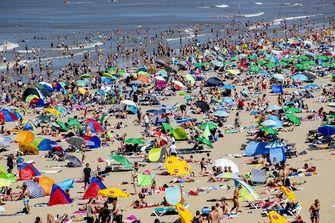 Drukte op het Scheveningse strand. Door het warme weer trekken dagjesmensen en vakantiegangers massaal naar de kust