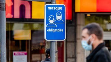 Een foto van een bord met coronamaatregelen in Luik