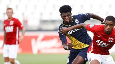 Een foto van Boadu van AZ in actie tegen Monaco