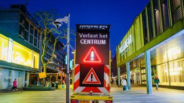 Een foto van een bord waarop staat dat winkelend publiek niet meer in het centrum mag komen
