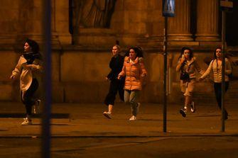 Een foto van rennende mensen op straat in Wenen