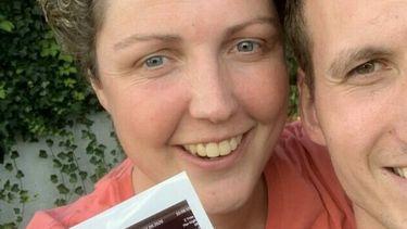 Op deze foto zijn boerin Steffi en haar vriend Roel te zien, ze houden een foto van een zwangerschapsecho vast.